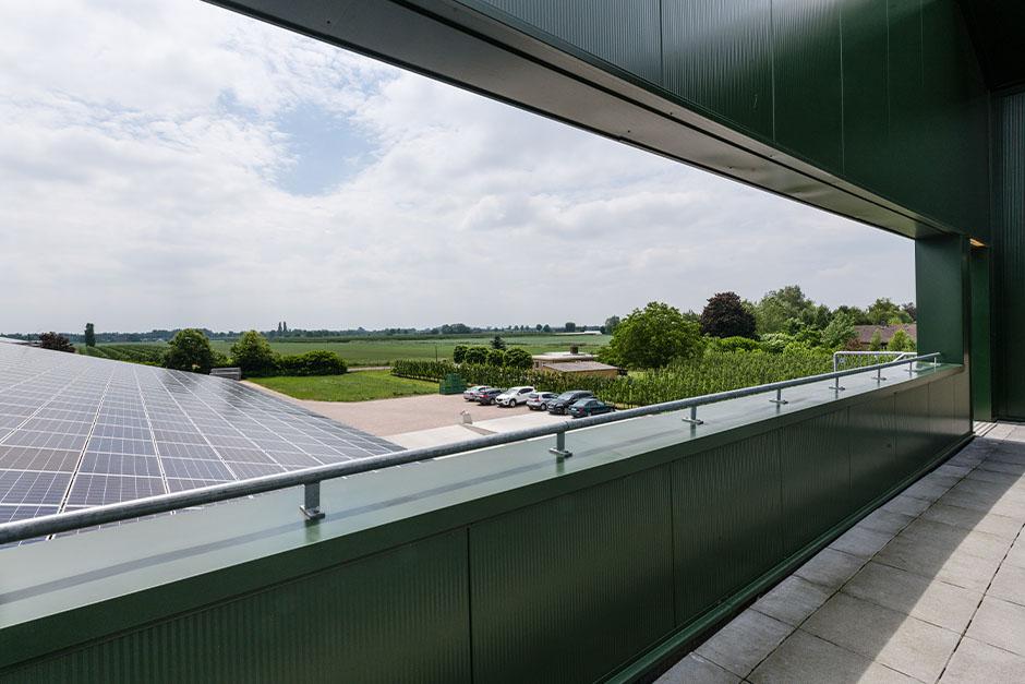Inpandig dakterras met zonnepanelen